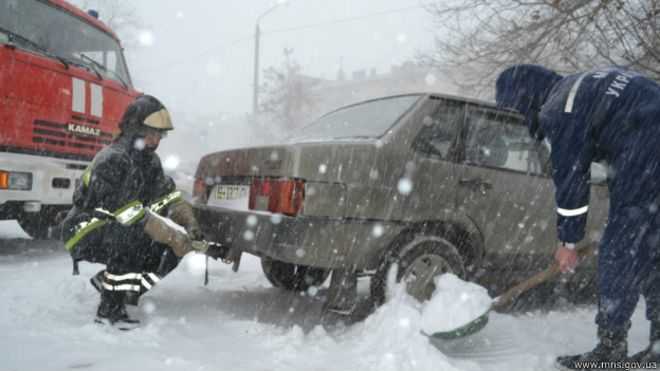 Из снега вытащили несколько тысяч автомобилей