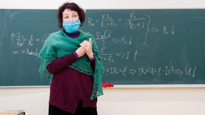В Минздраве сообщили, что с 1 ноября невакцинированных учителей отстранят от работы