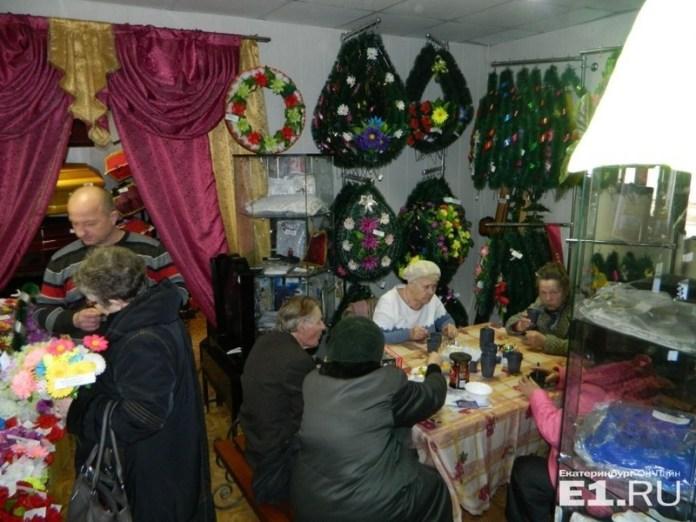 Российских ветеранов на чаепитие пригласили в похоронный дом (ФОТО)