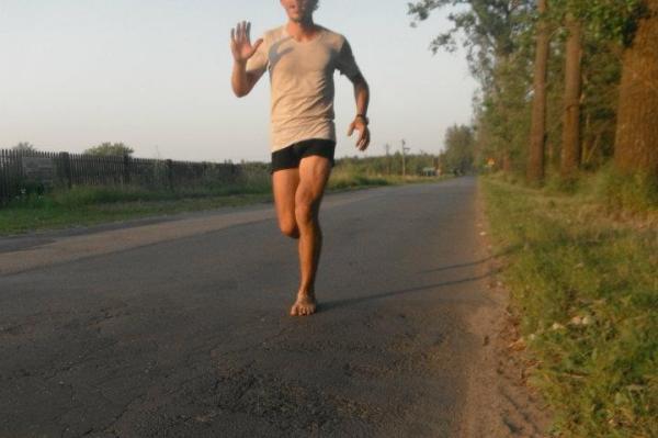 Autor na najgładszym kawałku trasy. Sprawdza uroki bosego biegania.