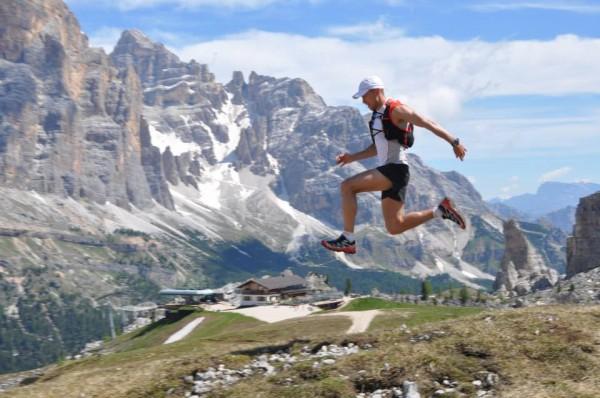 Jedno jest pewne, niezależnie od tego czy bieg będzie w Chamonix, Dolomitach czy w Stanach - wszędzie pięknie, że aż żal szybko biec. Piotrek Hercog zwiedza fragmenty trasy Lavaredo Ultra Trail. Foto Facebook Salomon Polska