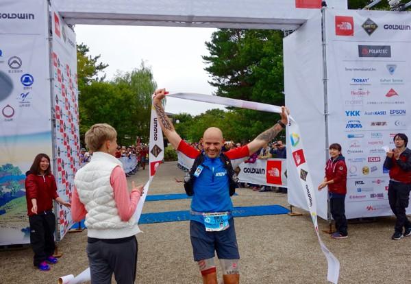 Gediminas Grinius zwycięża w Ultra Trail Mount Fuji - jednym z biegów UTWT. Fot. irunfar.com