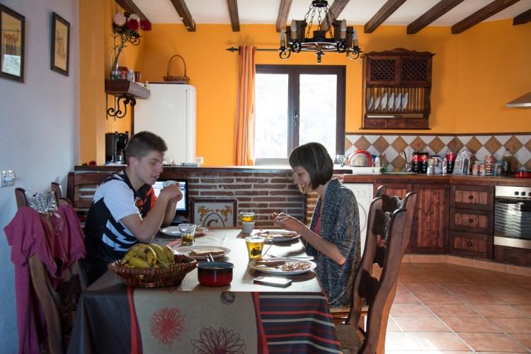 Czerpanie energii z kosmosu. Spokojne śniadanie w wynajętym mieszkaniu. Fot. Andrzej Olszanowski