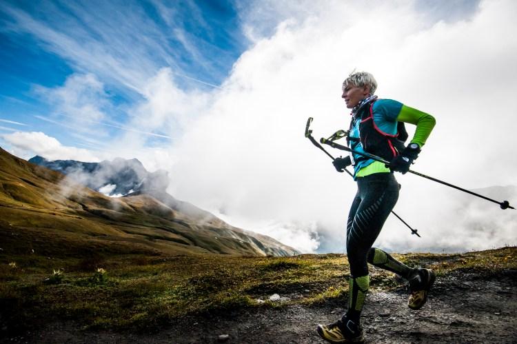 Kije do biegania powinny być lekkie. Bo poza długimi, trudnymi podejściami będziesz je targać w rękach. Pamiętaj też, że jeśli decydujesz się ich używać, powinieneś być uważny i zadbać o nieprzeszkadzanie innym. Przełóż kije do jednej ręki. Jeśli będziesz biegł jak pani na zdjęciu zagrodzisz całą szerokość ścieżki uniemożliwiając innym wyprzedzenie cię. Fot. Piotr Dymus