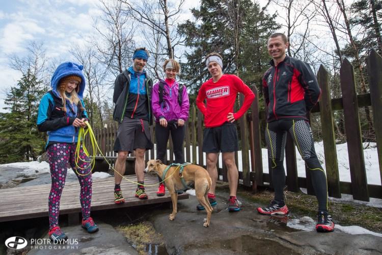 Ekipa wspierająca i biegacze na Szczelińcu Wielkim. Fot. Piotr Dymus