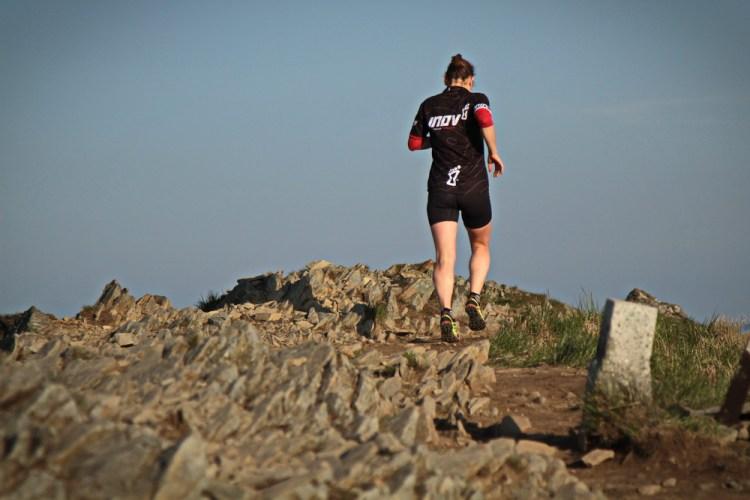 Grzbiety polonin usiane sa postawionymi na sztorc skalami Fot Dominik Kaczorek
