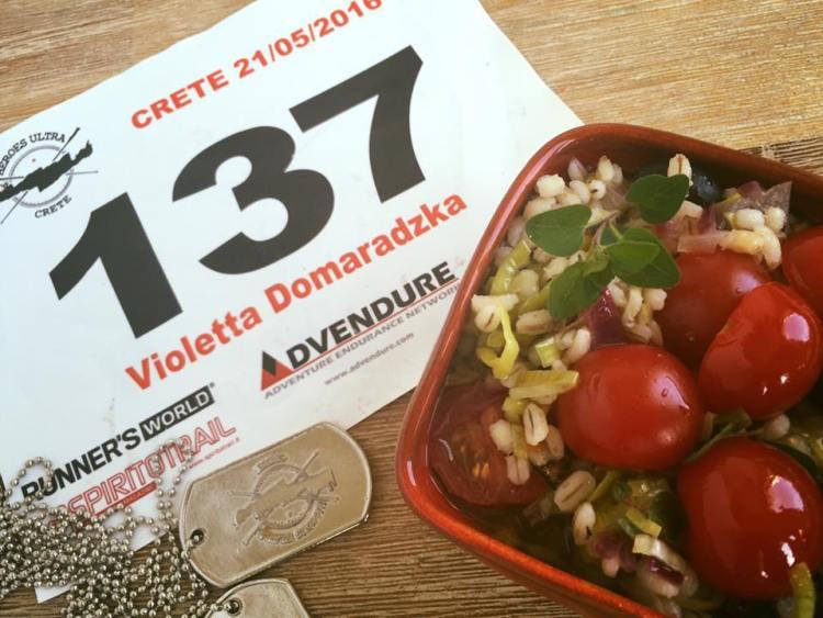Numer startowy medal z Heroes Ultra Crete i pyszne śródziemnomorskie jedzonko. Fot. Violetta Domaradzka