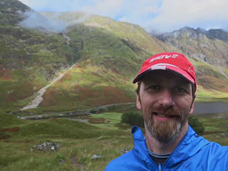 Ostatni trening przed startem. W tle podejście 850 m do góry (na prawo od białego żlebu), oraz grań Aonach Eagach.