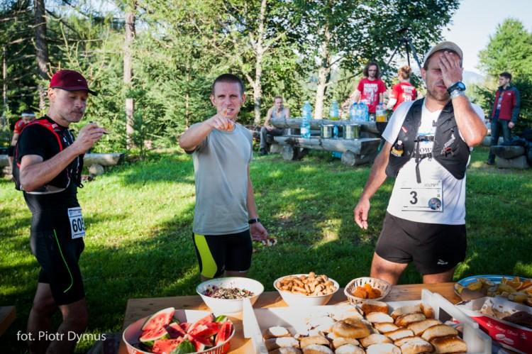 Punkt żywieniowy na Przegibku. Tu dotrą trasy 50 i 80+. Będzie co wspominać. Fot. Piotr Dymus