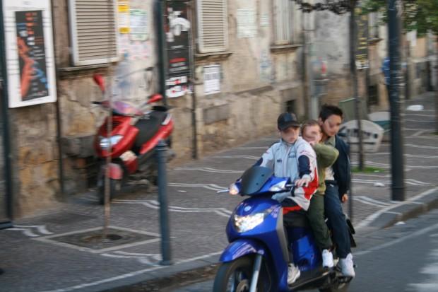 Foto Napoli motorini come scuolabus  3 di 10  Napoli
