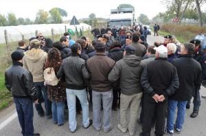 Rifiuti, tensione a Giugliano Manifestanti bloccano camion