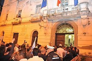 Fincantieri, tensioni a Castellammare gli operai occupano il Comune