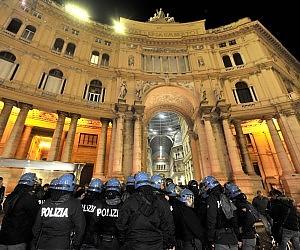 San Carlo, 5 ministri alla prima ma fuori proteste e tafferugli