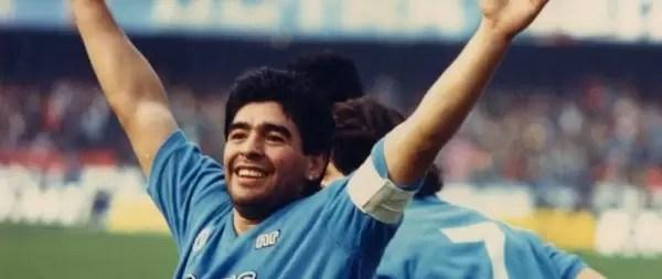 Iego Armando Maradona e i napoletani: saluta i tifosi allo stadio allargando le braccia al cielo.