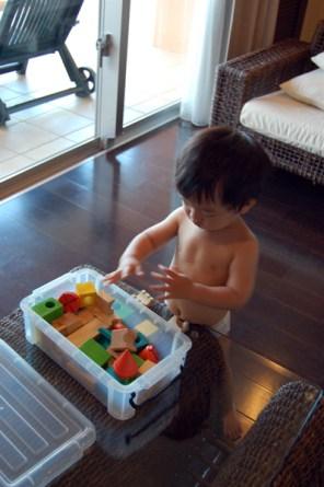 子には積木をかりました。朝風呂上がりなので裸。