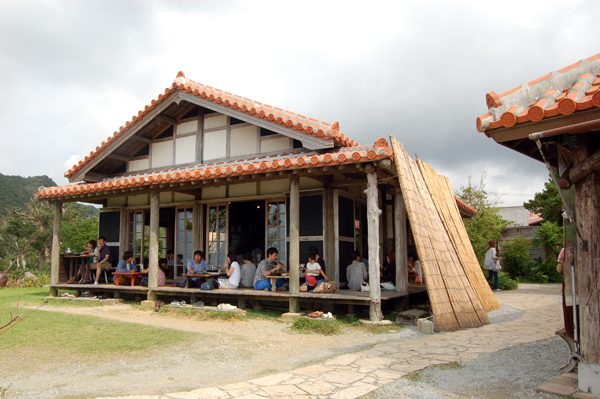 古民家風カフェ。人気店で行列でした。待ってる間にオセロができます。