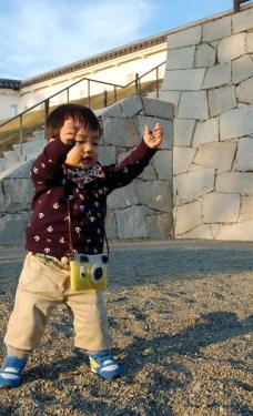 城の石でジャラジャラ遊びに夢中。