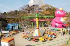 裏に姫路城。お城と動物園のセットは何故か結構ある。小諸城とか小田原城とか。