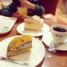 駅の下のカフェでケーキを食べて時間をつぶす。