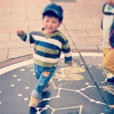 道に書いてある星座に喜ぶ次男。回りながら走っているのでこの角度。