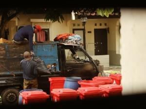 Уборка мусора в придомовой территории