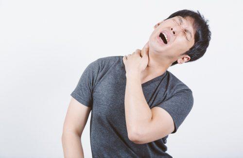 首が痛い男性の画像