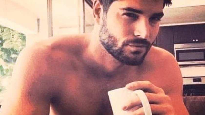 man die een kop koffie drinkt