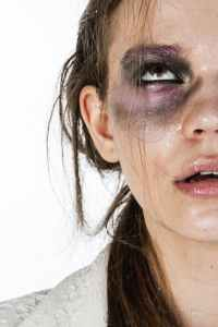 close up photo of woman with black and purple eye shadow, narcistische moeders doorgelicht