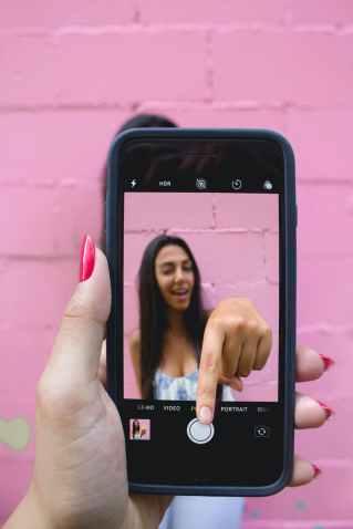 photo of person holding iphone, het niet normale gedrag bij bedrog