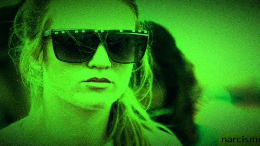 vrouw met zonnebril voor narcisme.blog