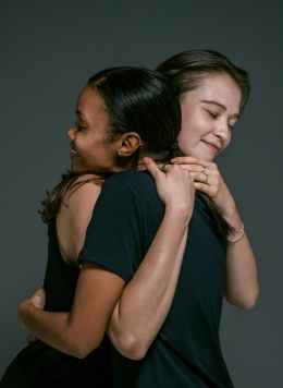 happy women hugging, zelf-vergeving om de schuldgevoelens kwijt te geraken