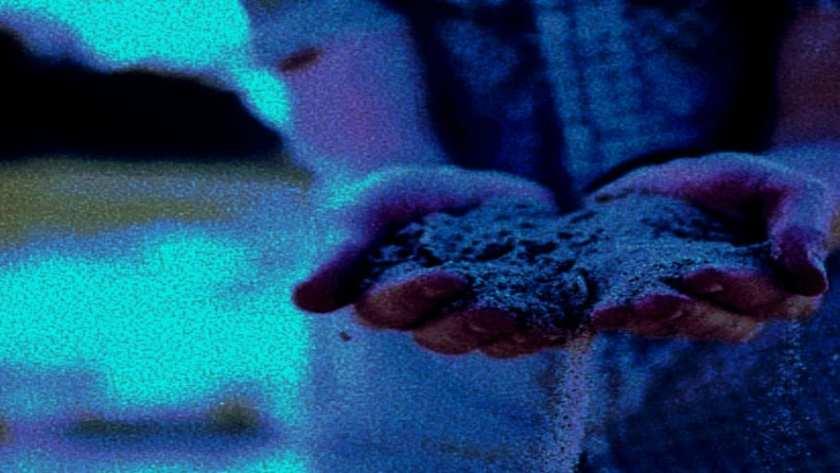handen met zand voor waarheidszoeker