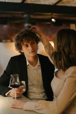 woman in white blazer holding clear wine glass, een narcist genezen