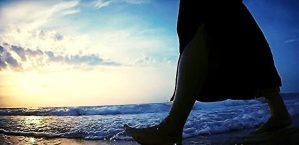 foto van blootvoetse benen van jonge vrouw die op het zonsondergangstrand loopt , Biruchiy-eiland, de Oekraïne voor Kom in beweging na narcisme .