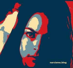 narcisme.blog vrouw met één oog kijkend
