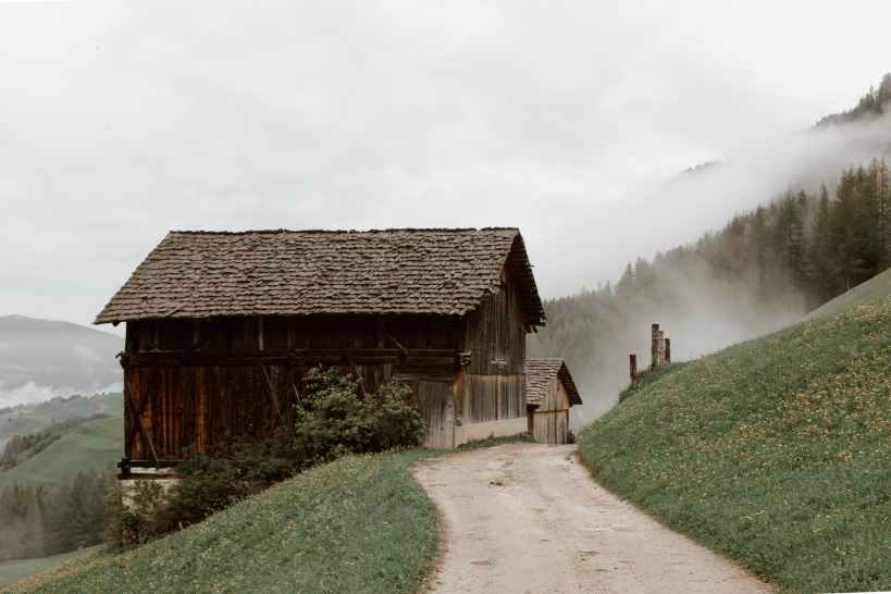 rural houses on mountain slope, narcistische grap