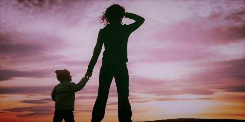 foto van alleenstaande moeder met kind kijkend inde verte single parents online