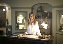 hospitable woman at reception of antique hotel, gevoel van eigenwaarde vermeerderen