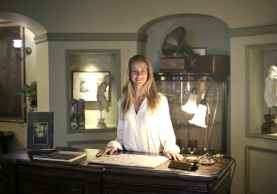 hospitable woman at reception of antique hotel, gevoel van eigenwaarde