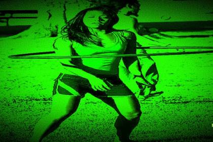 vrouw met hoelahoep night vision voor narcisme.blog