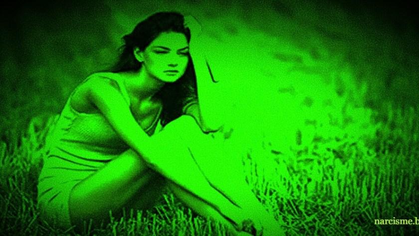 vrouw zittend in het gras s nachts voor narcisme.blog
