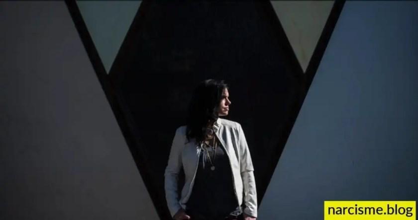 vrouw met witte trui voor frame, cover foto voor narcisme.blog