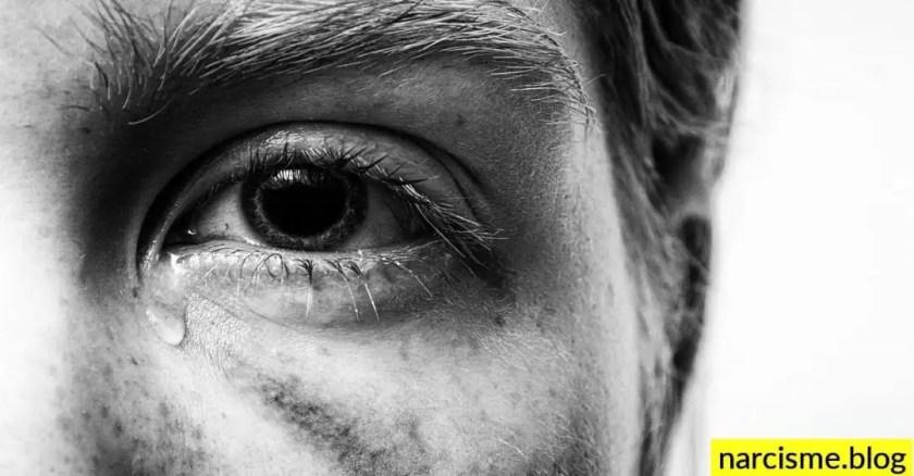 linker oog van een man als illustratie van een obsessieve narcist