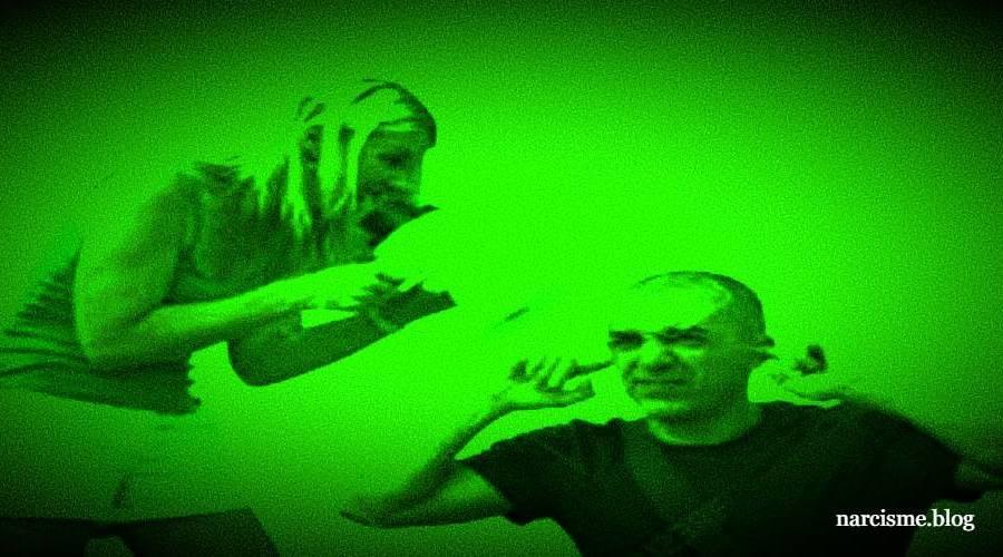 vrouw schreeuwt naar man die vingers in de oren steekt voor narcisme.blog