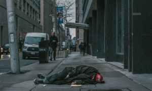 photo of man laying on sidewalk, Ondersteunende communicatie in de begeleiding van kwetsbare mensen