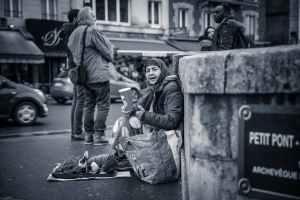 person sitting behind wall grayscale photo, Ondersteunende communicatie in de begeleiding van kwetsbare mensen
