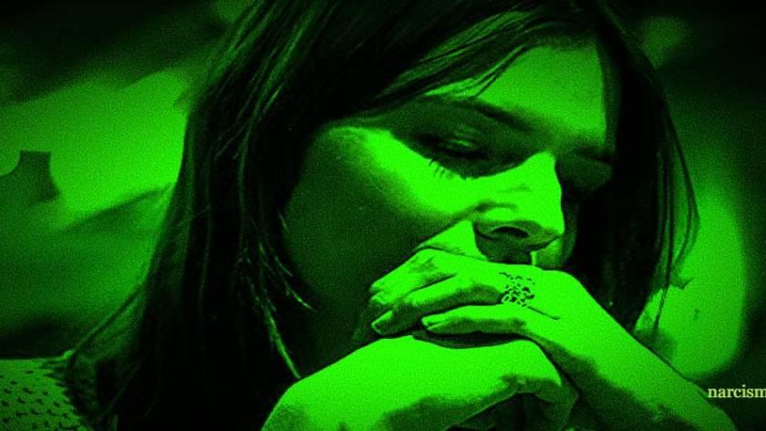 vrouw met handen in de mond voor narcisme.blog
