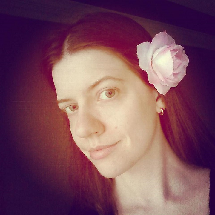 photo of laurel green with a pink rose in her hair