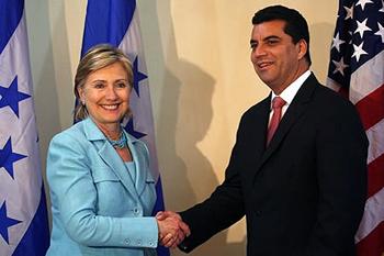 2009年6月、ヒラリー・クリントン米国国務長官とミレニアム・チャレンジ社を通じて750万ドルの米国納税者の金を受け取る建設契約者でホンジュラスのクーデター支持大統領候補エルビン・サントス