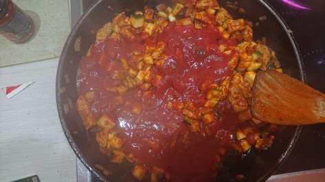 Passierte Tomaten hinzugeben
